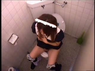 【素人】女子トイレの個室を隠し撮り。お手伝いが便器に片足をのせて自家発電に没頭