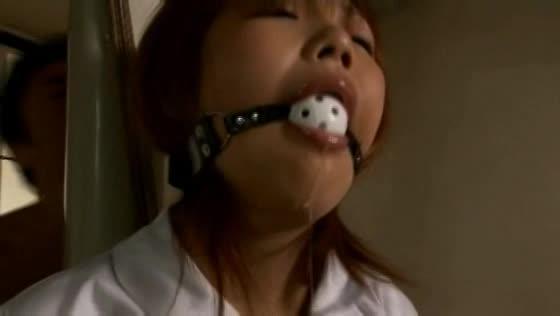 ボールギャグを咬まされ片足吊り緊縛された女子校生…さらに鼻フックをされた状態でバイブ責めを受け涎を流して悶え狂う